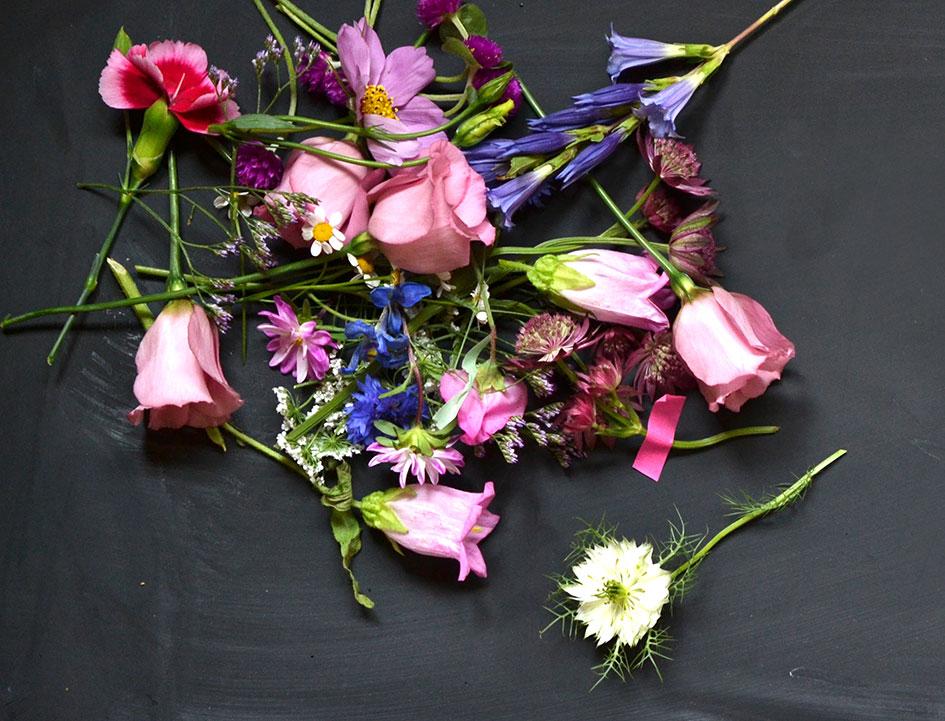Making of: ein Haufen Blumen wird zum Foto im Hochzeitsmagazin MarryMAG