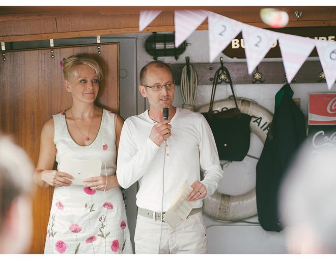 Girlande aus Papierwimpeln mit dem Hochzeitsdatum