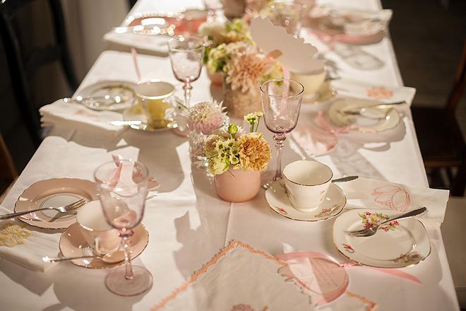 Der Tisch für die Gäste ist mit zartem Vintage-Porzellan aus der ...