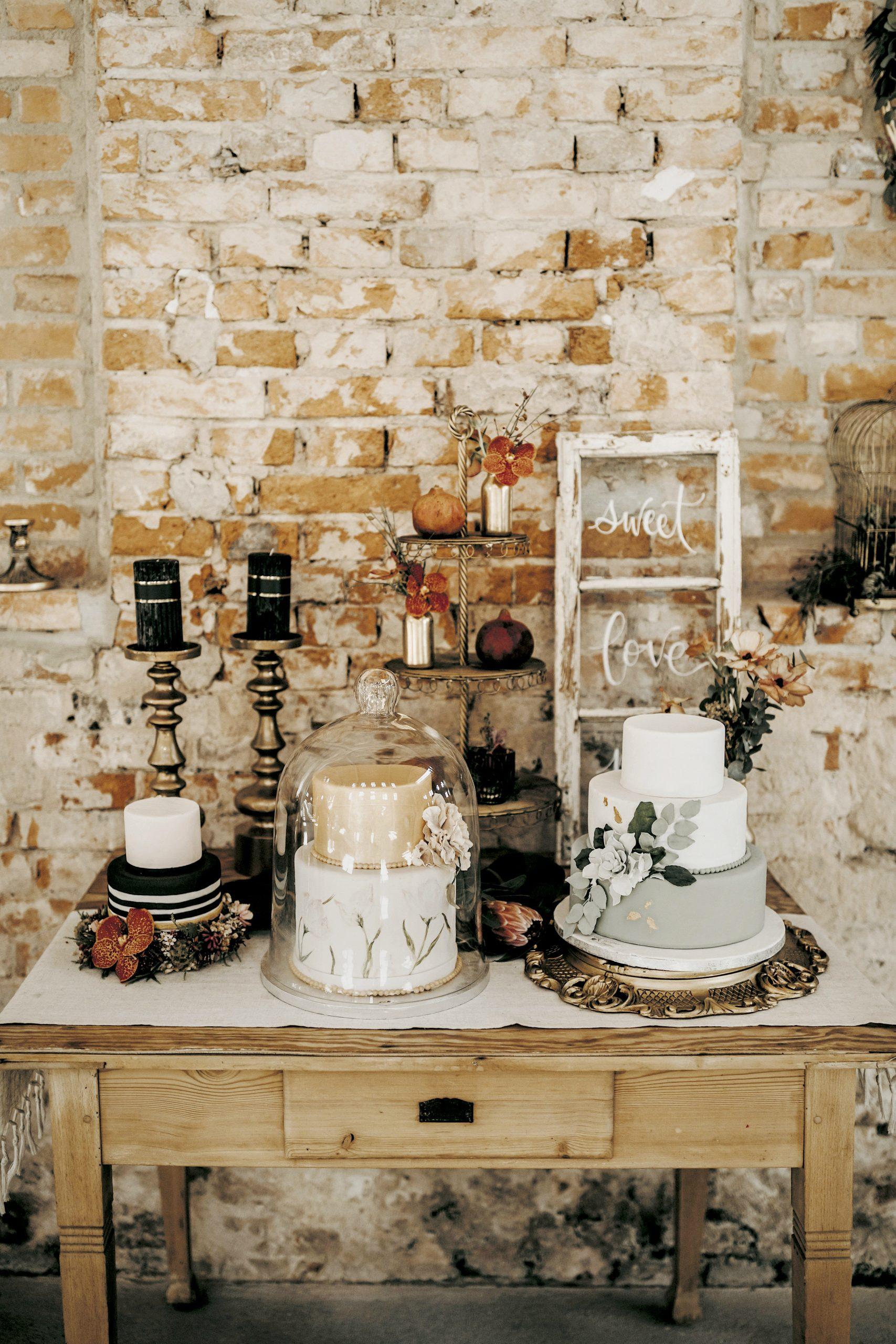 Präsentation der Hochzeitstorte für eure exotische Hochzeitsinspiration
