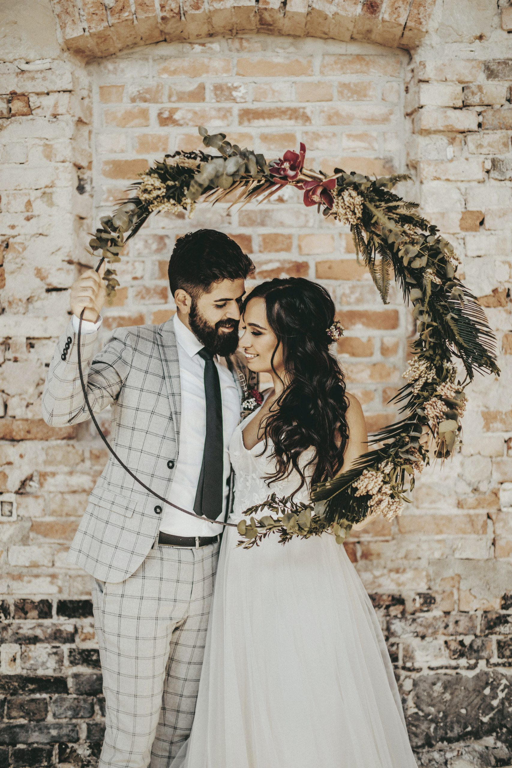 Braut und Bräutigam in maßgeschneiderten Stylings