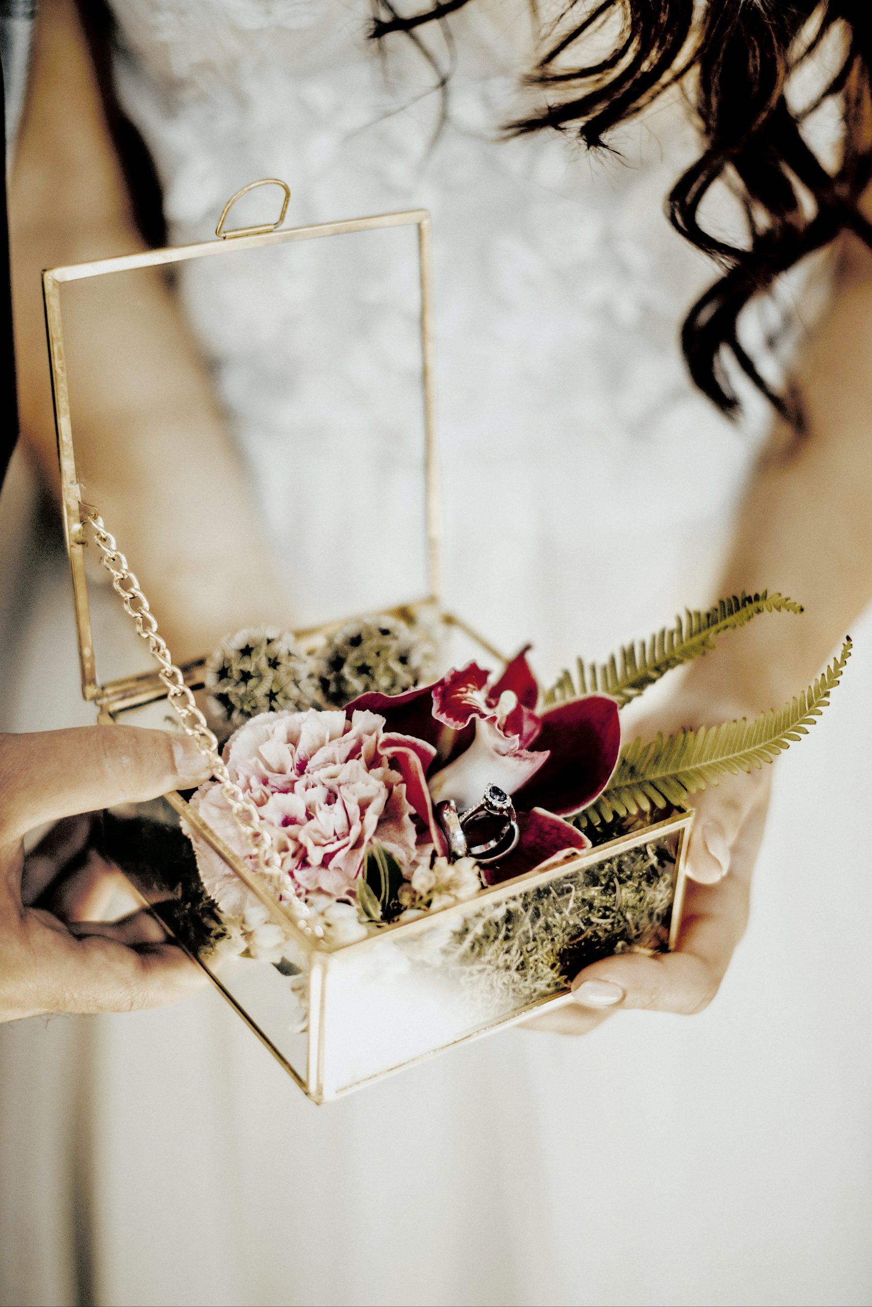 Trauringkästchen mit exotischen Blumen